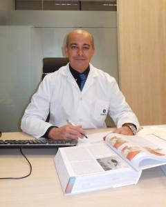 Dr. Moreno en consulta de Hospital uirón Málaga