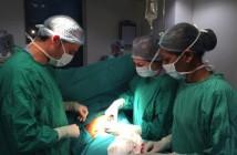 El Dr. César Ramírez opera a un paciente en la India. Quirófano del Hospital Paras de Gurgaon.