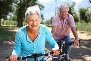 Montar en bici es una de las actividades recomendadas para la tercera edad